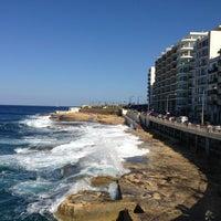Photo prise au Gardens Sliema Sea Front par Gizem K. le5/23/2013