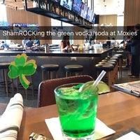 3/17/2017 tarihinde Austin L.ziyaretçi tarafından Moxie's Grill & Bar'de çekilen fotoğraf