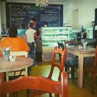รูปภาพถ่ายที่ La Cafetería โดย Raks O. เมื่อ 4/6/2013