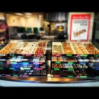 Das Foto wurde bei Krispy Kreme Doughnuts von Isaiah L. am 11/26/2012 aufgenommen