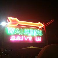 Das Foto wurde bei Walker's Drive In von Ebbie A. am 5/13/2014 aufgenommen