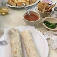 Foto tomada en Burritos La Palma por Karla M. el 1/3/2017