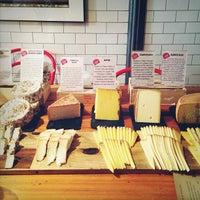 Снимок сделан в Murray's Cheese Bar пользователем Nicole F. 4/3/2013