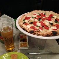2/8/2013 tarihinde Joyce Y.ziyaretçi tarafından Tony's Pizza Napoletana'de çekilen fotoğraf