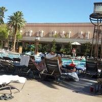 รูปภาพถ่ายที่ MGM Grand Pool โดย Zeynep G. เมื่อ 6/25/2014