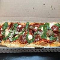 รูปภาพถ่ายที่ &pizza โดย Gary M. เมื่อ 6/24/2017