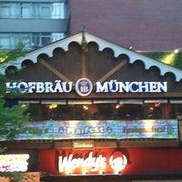 Снимок сделан в Hofbräu Bierhaus NYC пользователем Trevis D. 5/4/2013