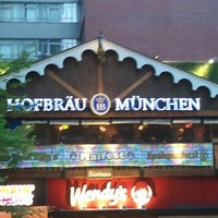 Foto scattata a Hofbräu Bierhaus NYC da Trevis D. il 5/4/2013