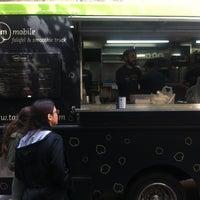 Foto diambil di Taïm Mobile Falafel & Smoothie Truck oleh Jim F. pada 4/27/2012