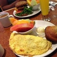 Foto tirada no(a) Broken Yolk Cafe por Michael B. em 7/14/2013