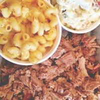 Foto tomada en Meat. Southern B.B.Q. & Carnivore Cuisine por Taylor P. el 1/25/2013