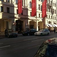 Foto tirada no(a) Hotel Vier Jahreszeiten Kempinski por Brady E. em 10/17/2012