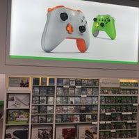 Foto tirada no(a) Microsoft Store por Michel M. em 5/28/2017