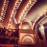 Das Foto wurde bei Auditorium Theatre von Angela H. am 10/1/2013 aufgenommen