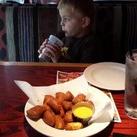 Foto tomada en Red Robin Gourmet Burgers and Brews por Robert B. el 5/7/2014