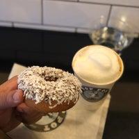 Das Foto wurde bei Top Pot Doughnuts von Mazzy M. am 1/20/2018 aufgenommen