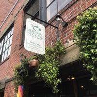 4/8/2017 tarihinde Kathy T.ziyaretçi tarafından Perennial Tea Room'de çekilen fotoğraf