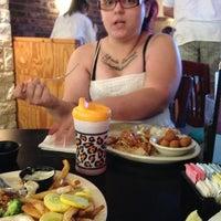 Foto tirada no(a) Cotton Patch Cafe por Valerie M. em 8/25/2013