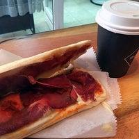 Das Foto wurde bei Milkbar Coffee & Panini von harbiyiyorum am 9/30/2014 aufgenommen