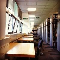 Foto diambil di University of Warwick Library oleh Faye U. pada 6/19/2013