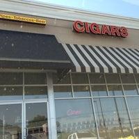 Foto tirada no(a) Smoky's Tobacco and Cigars por Tim Hobart M. em 5/16/2013
