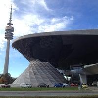 Foto tirada no(a) BMW Welt por Human R. em 11/5/2012