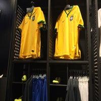 Das Foto wurde bei Nike Store von Josiane O. am 6/12/2014 aufgenommen