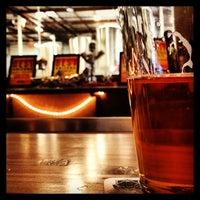 Photo prise au Four Peaks Tasting Room par Aaron W. le4/19/2013