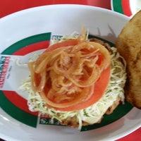 7/1/2013にLiliana O.がRuben's Hamburgersで撮った写真