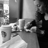 รูปภาพถ่ายที่ Starbucks โดย Sanderson M. เมื่อ 7/13/2018