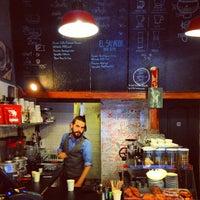 9/18/2013 tarihinde aleksanderziyaretçi tarafından Tamp & Pull Espresso Bar'de çekilen fotoğraf