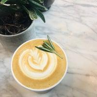 Foto tomada en Toby's Estate Coffee por Leslie C. el 10/29/2018