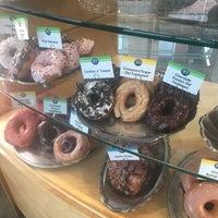 Das Foto wurde bei Top Pot Doughnuts von Matt K. am 11/6/2018 aufgenommen