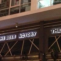 Снимок сделан в The Beer Factory & The Attic пользователем Janet V U. 11/12/2012