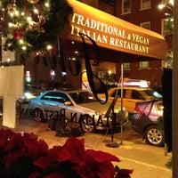 Das Foto wurde bei John's of 12th Street von Lisa S. am 12/15/2012 aufgenommen