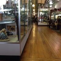 10/13/2013 tarihinde Nicholas Z.ziyaretçi tarafından Avenue Antiques'de çekilen fotoğraf