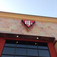 Foto scattata a BJ's Restaurant & Brewhouse da Chad M. il 5/2/2013