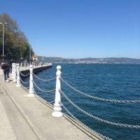 Das Foto wurde bei Yeniköy Sahili von Özge İ. am 4/23/2013 aufgenommen