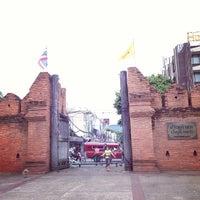 Foto scattata a Tha Phae Gate da Carlos Z. il 6/11/2013