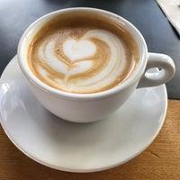 Foto tomada en Corvus Coffee Roasters por Aaron U. el 2/18/2017