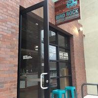 Photo prise au Bird Rock Coffee Roasters par Jerry B. le8/20/2015