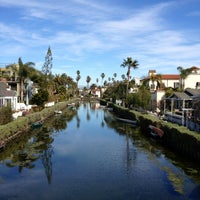 Foto scattata a Venice Canals da Dress for the Date il 2/15/2013