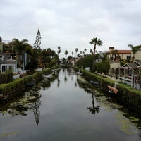 Foto scattata a Venice Canals da Dress for the Date il 2/18/2013