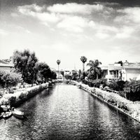 Foto scattata a Venice Canals da Dress for the Date il 5/25/2013