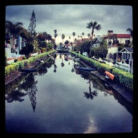 Foto scattata a Venice Canals da Dress for the Date il 3/31/2013