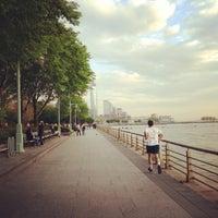 รูปภาพถ่ายที่ Hudson River Park โดย Maria T. เมื่อ 5/10/2013