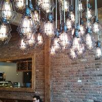 Photo prise au New York City Bagel & Coffee House par Joe G. le3/23/2013