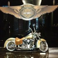 Das Foto wurde bei Harley-Davidson Museum von Jim C. am 8/10/2013 aufgenommen