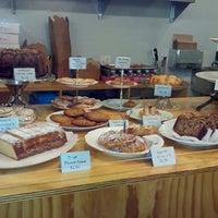 Foto tomada en Semi Sweet Bakery por L T. el 2/27/2013