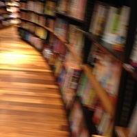 Foto tomada en Books Kinokuniya por Lil'mannie L. el 10/16/2012